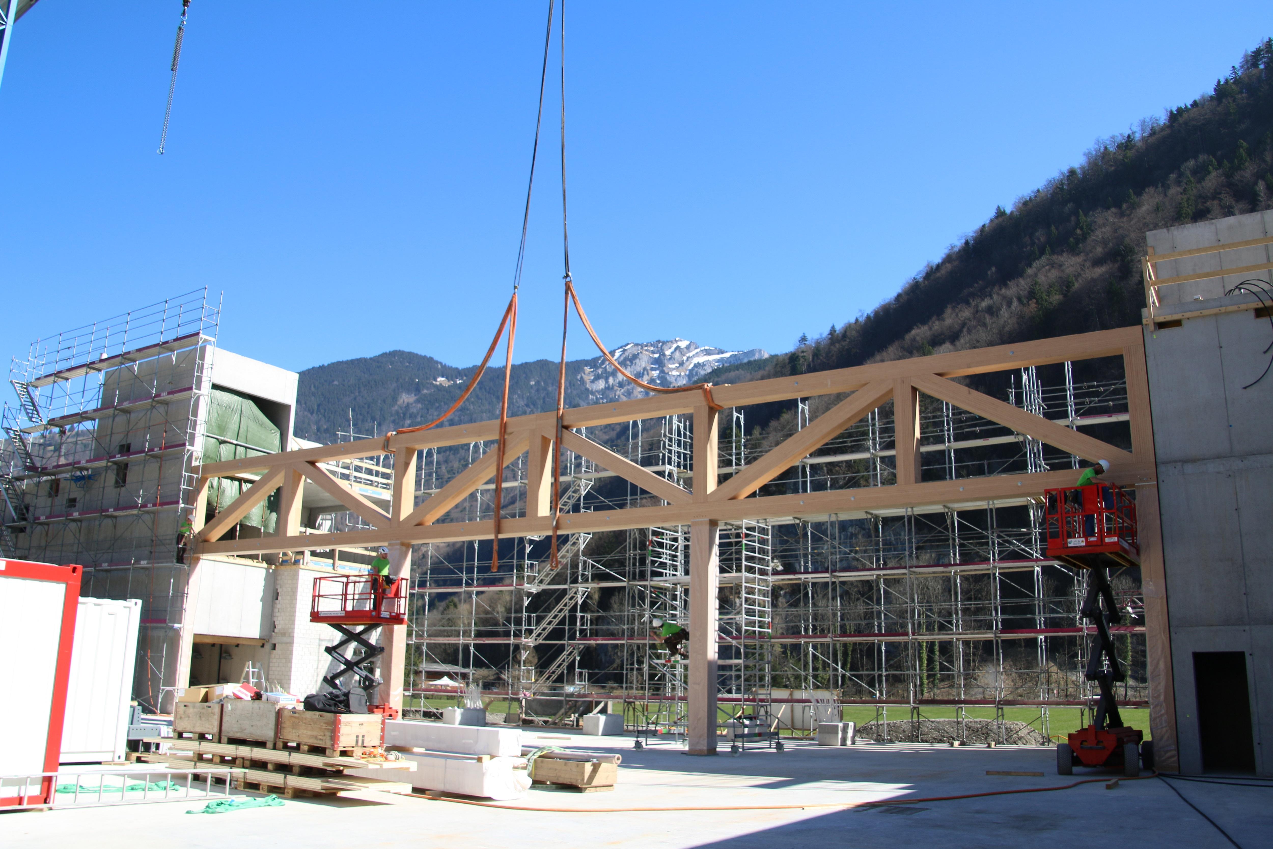 Erster Schweizer Helikopter geht in Holzhalle in Serie